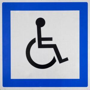 Panneau de signalisation représentant une personne en chaise roulante